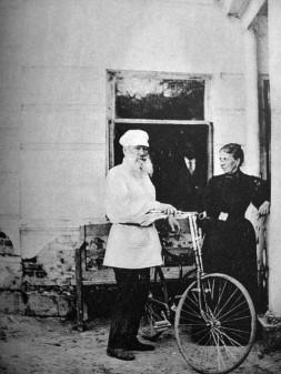 Tolstoy bisikletiyle. Başka yazarlar ve bisikletleri için bakınız.