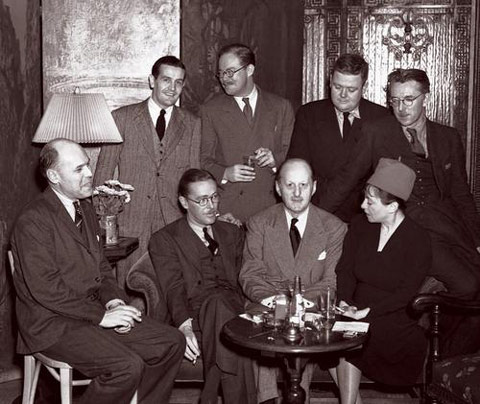 Algonquin Yuvarlak Masası'nın kurucuları, 1938. Sağdan ilk sıra Dorothy Parker, Fritz Foord, Wolcott Gibbs ve Frank Case. Arkada Alan Campbell, St. Clair McKelway, Russell Maloney ve James Thurber