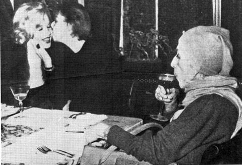 Carson McCullers Marilyn Monroe'yu öper, Isak Dinesen deonları izlerken, 1959