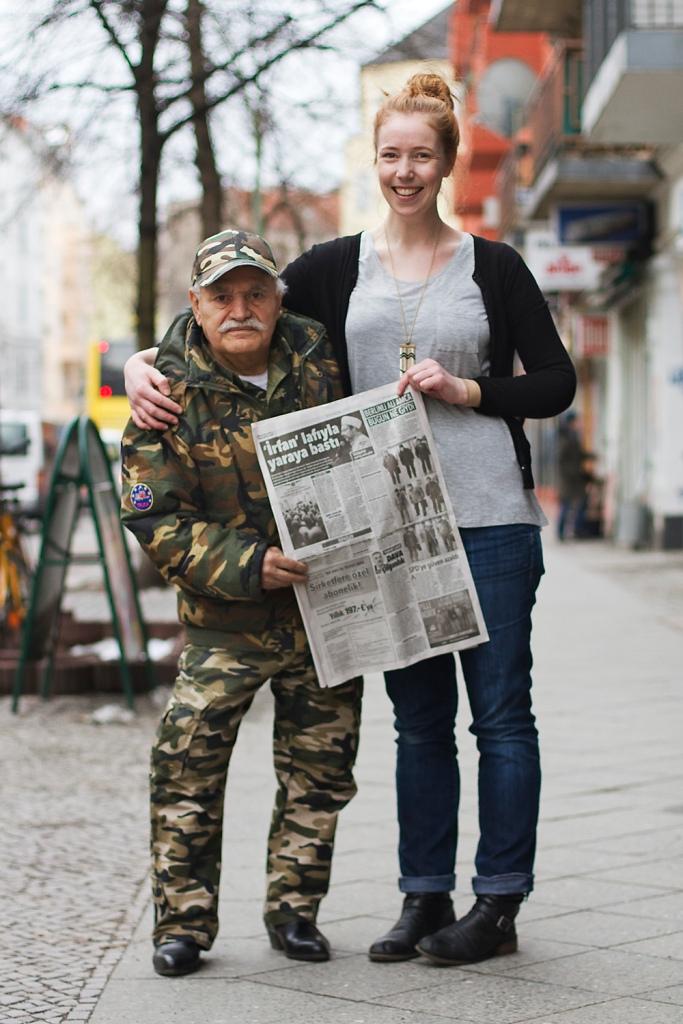 Ali Amca ve fotoğrafçı, Ali Amca'yı haber yapan gazeteyle birlikte.