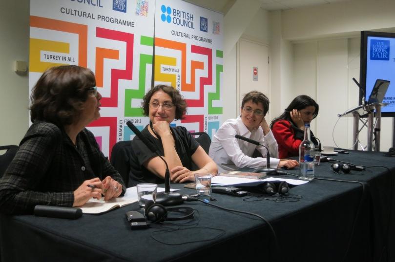 """""""İngiltere'de Türk Edebiyatı"""" başlıklı konuşmada Maureen Freely, Müge Gürsoy Sökmen, Amy Splanger ve Bejan Matur"""