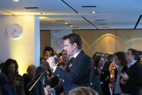 Granta editörü John Freeman, aynı etkinlikte konuşma yaparken.