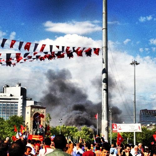 Saat 17.00 civarı Gezi'den yükselen dumanlar.
