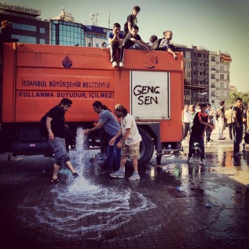 TOMA'lara su veriyor gerekçesiyle belediye tankerinin tüm suyu boşaltıldı.