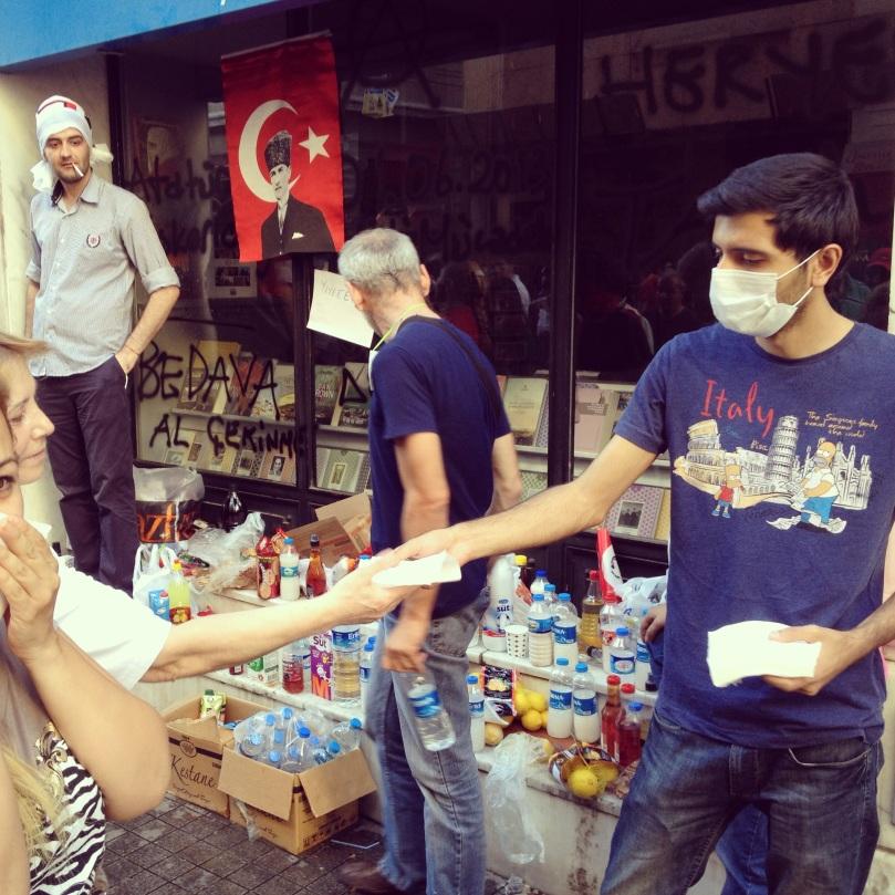 """""""Ne şeriat ne darbe, kafası güzel Türkiye"""" sloganıyla ihtiyaç duyan herkese yardım dağıtıyorlar."""