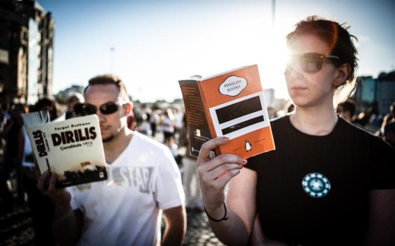 Sağdaki kitap: 1984 / George Orwell