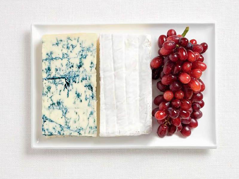 Fransa; rokfor, brie peyniri ve üzüm salkımı.